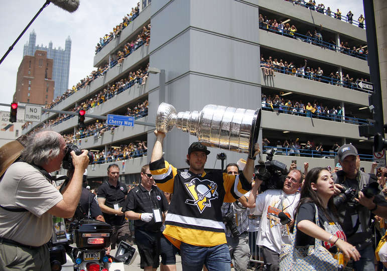 stanleycupparade6152016-17